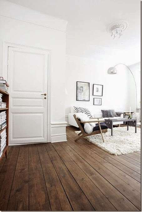 Białe wnętrza z wysokim sufitami, oraz pomysły na dekoracje na szafie