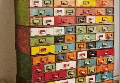 Jak udekorować dom za pomocą starej szafki bibliotecznej?