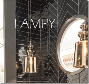 Lampy na tle czarnej ściany