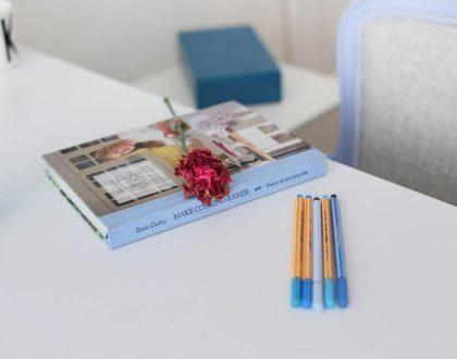 Pastelowo błękitny fotel w moim biurze