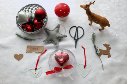 DIY sposob na dekoracje plastikowych bombek