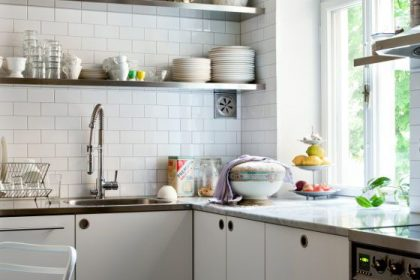 TRENDY: Otwarte półki w kuchni - tak czy nie? A jeśli tak, to co w nich trzymać?