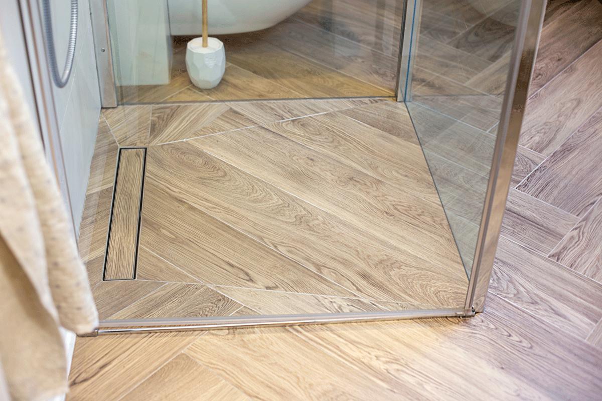 drewniana_podłoga_w_łazience